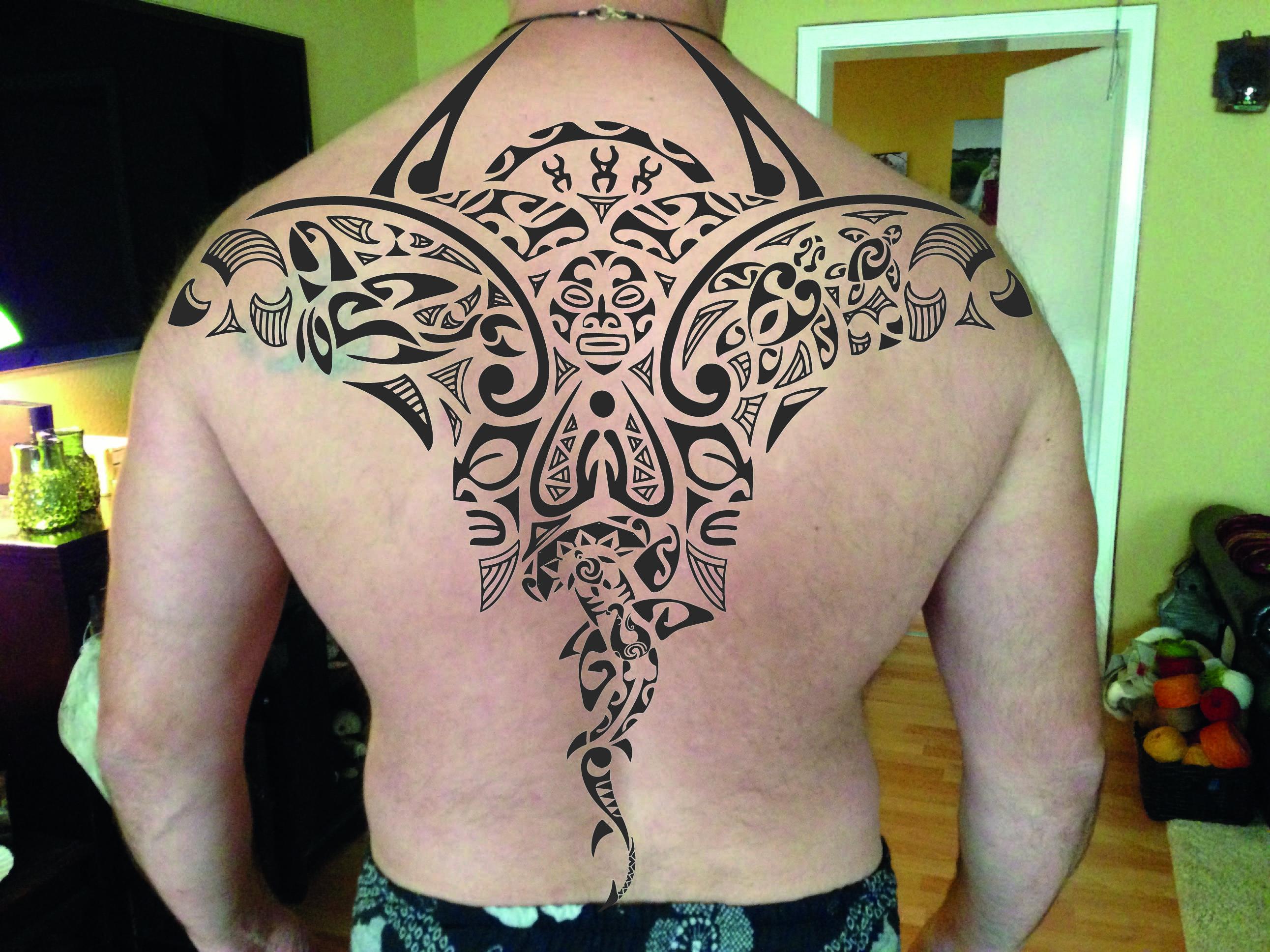 Roman Rücken mit Tattoo